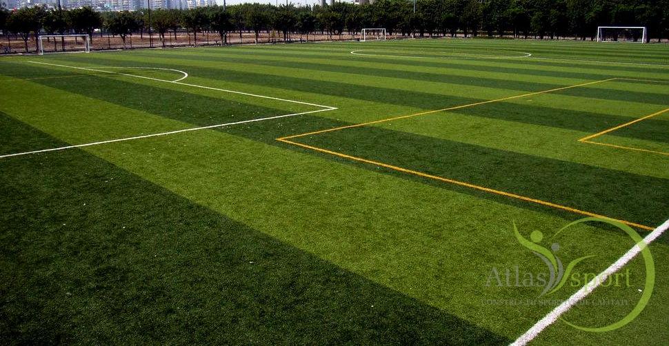 Teren de fotbal cu gazon sintetic