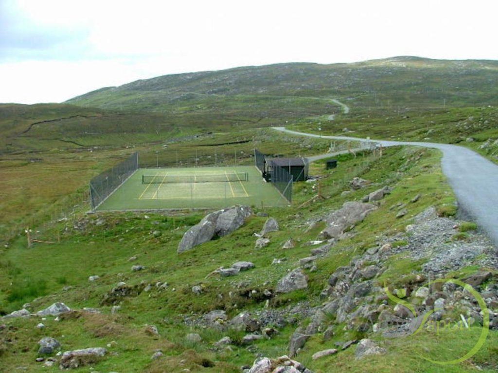 isle-of-harris-scotland-bunabhainneadar-tennis-court[1]